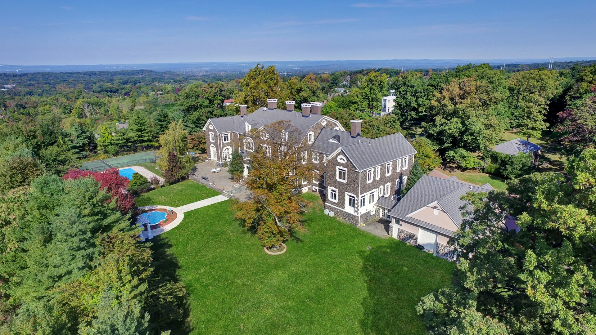 Maison unifamiliale pour l Vente à Georgian Style Mansion 8 Windermere Ct Livingston, New Jersey 07039 États-Unis