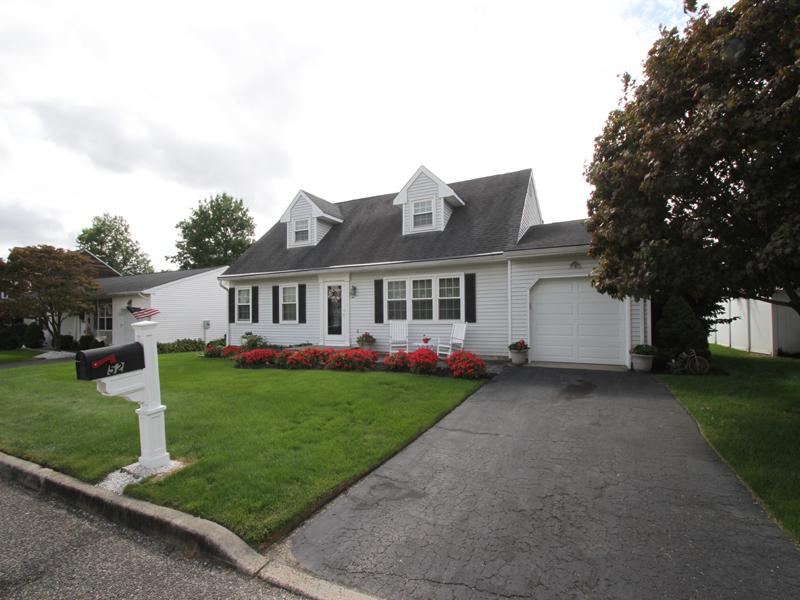 Maison unifamiliale pour l Vente à Exceptional Expanded Cape 52 Joseph Byrne Drive Brick, New Jersey 08724 États-Unis