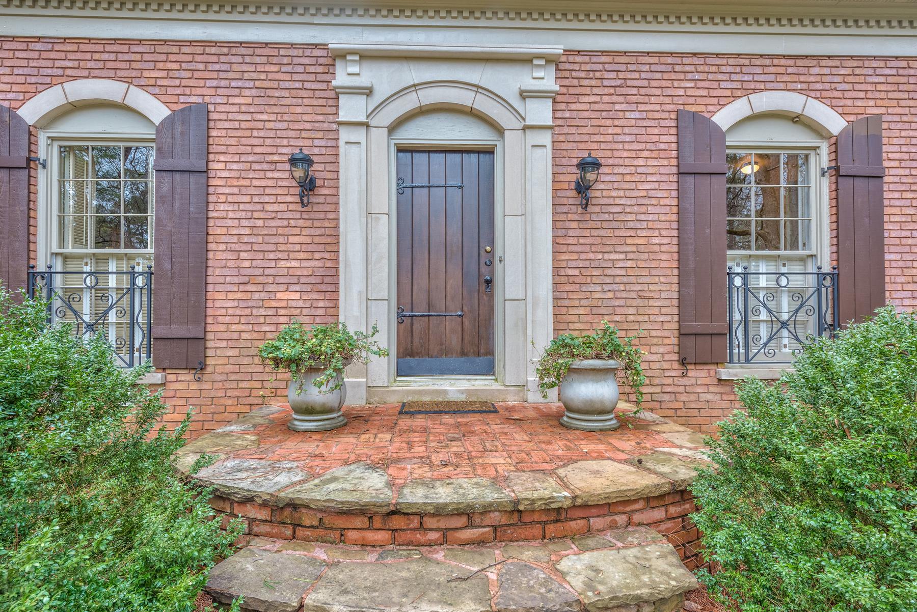 Vivienda unifamiliar por un Venta en Classic Brick and Stone Beauty Nestled on a Private Acre+ 1120 Huntcliff Sandy Springs, Georgia, 30350 Estados Unidos