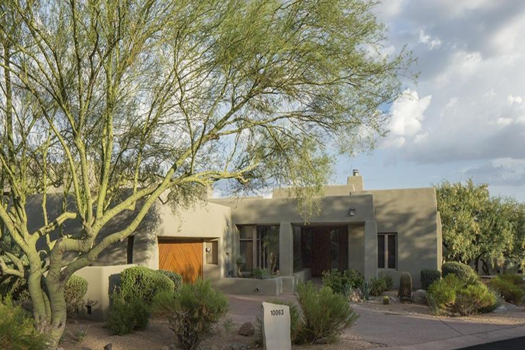 Condominio per Vendita alle ore Two master suite Sonoran Cottage with patio 10063 E Graythorn Dr Scottsdale, Arizona, 85262 Stati Uniti