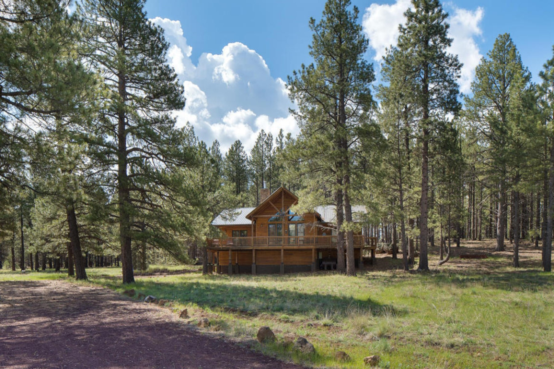 Casa para uma família para Venda às This is a rare opportunity to own a private custom log sided mountain retreat. 17242 Crowley TRL Flagstaff, Arizona 86001 Estados Unidos