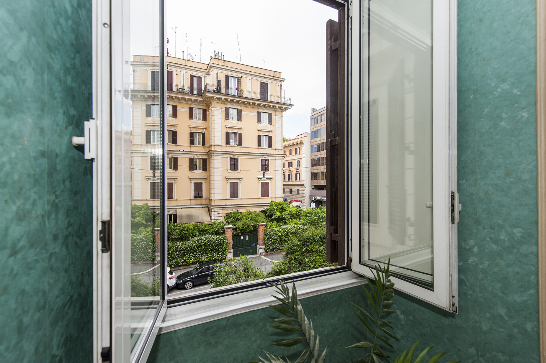 Additional photo for property listing at Apartment with a small terrace a short walk from Piazza Verdi Rome, Rome Italie