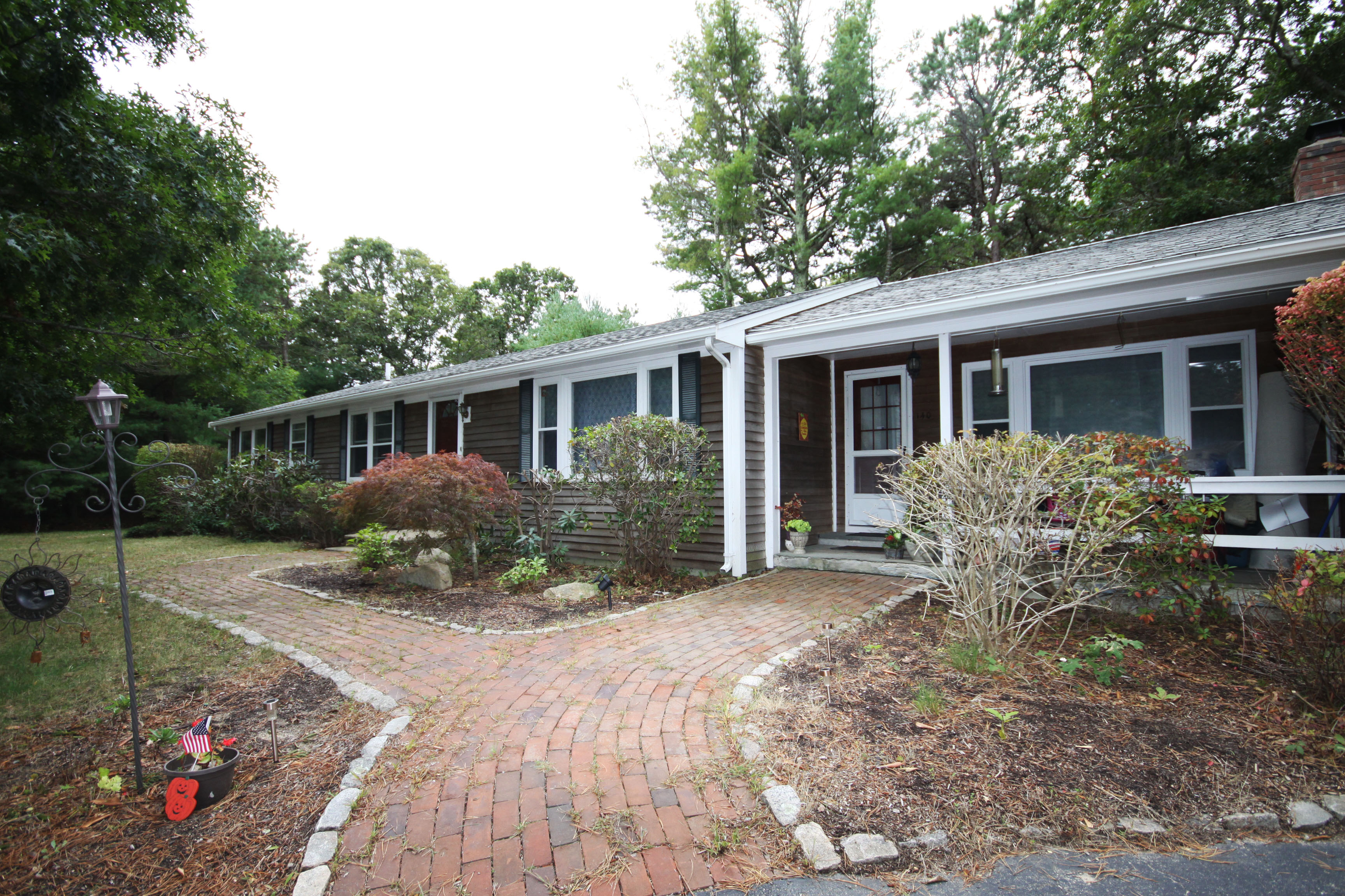Casa Unifamiliar por un Venta en FAMILY NEIGHBORHOOD 140 Cap'n Samadrus Road Cotuit, Massachusetts, 02635 Estados UnidosEn/Alrededor: Barnstable
