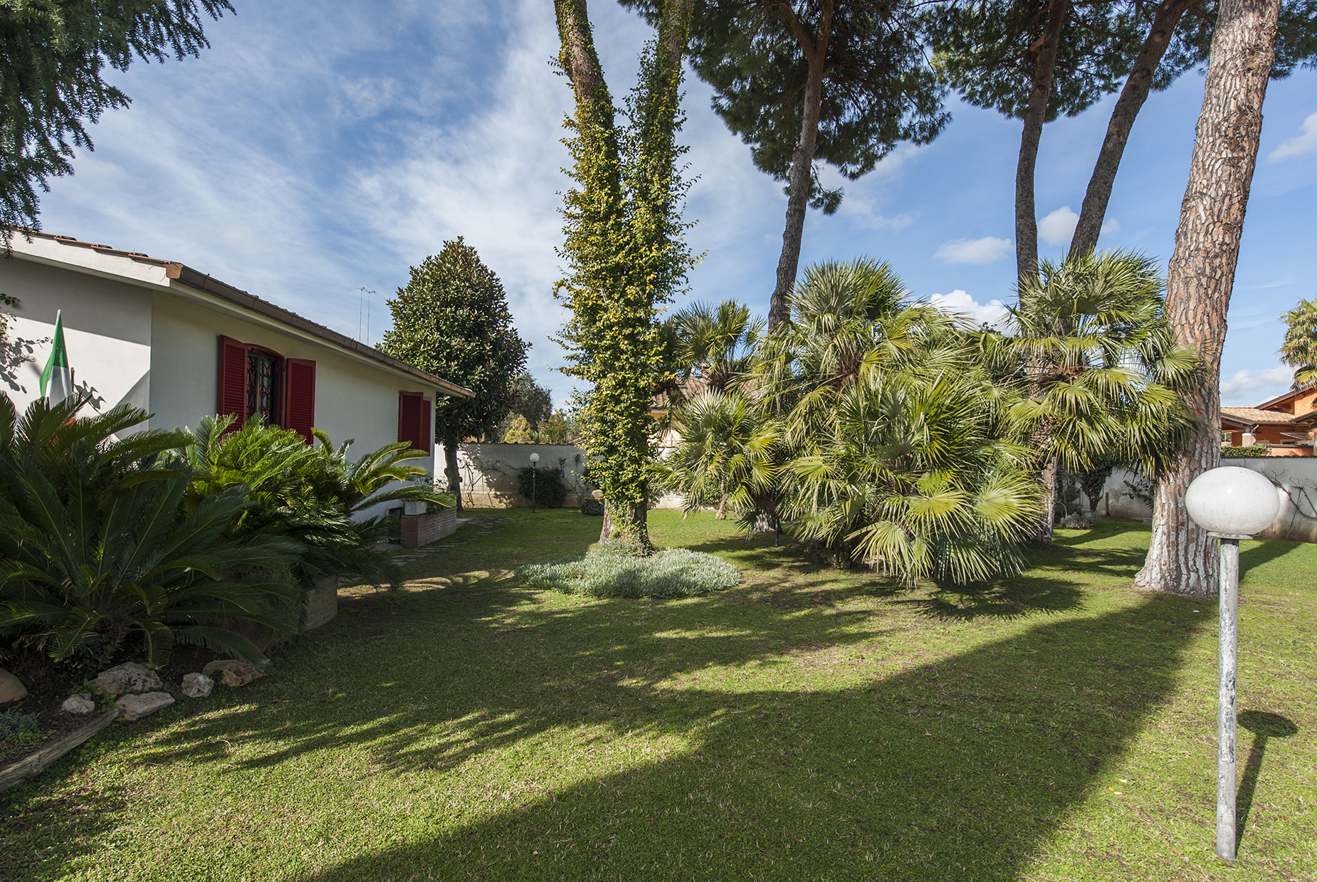 Additional photo for property listing at Villa with large garden in the Eur Infernetto neighborhood Via Fortezza Rome, Rome 00124 Italy