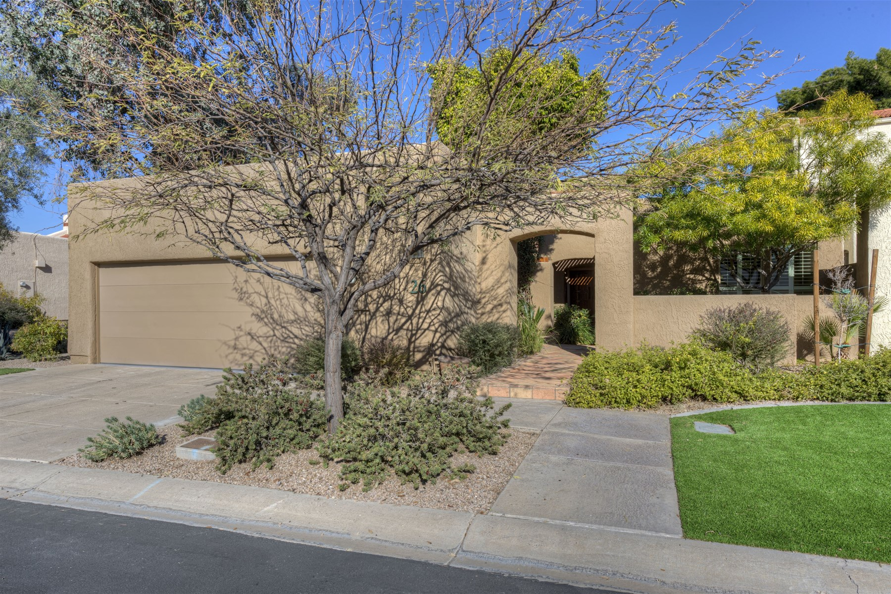 Villa per Vendita alle ore Beautifully maintained, highly sought after single level patio home 2626 E Arizona Biltmore Circle #26 Phoenix, Arizona, 85016 Stati Uniti