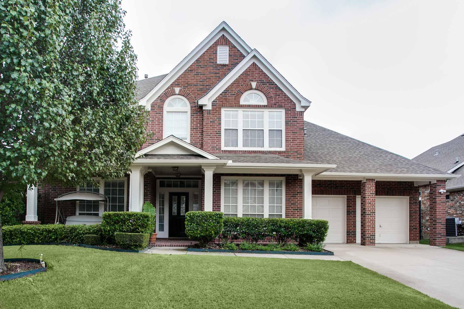 Nhà ở một gia đình vì Bán tại Traditional, Perry built home 4765 Edenwood Dr Fort Worth, Texas, 76123 Hoa Kỳ