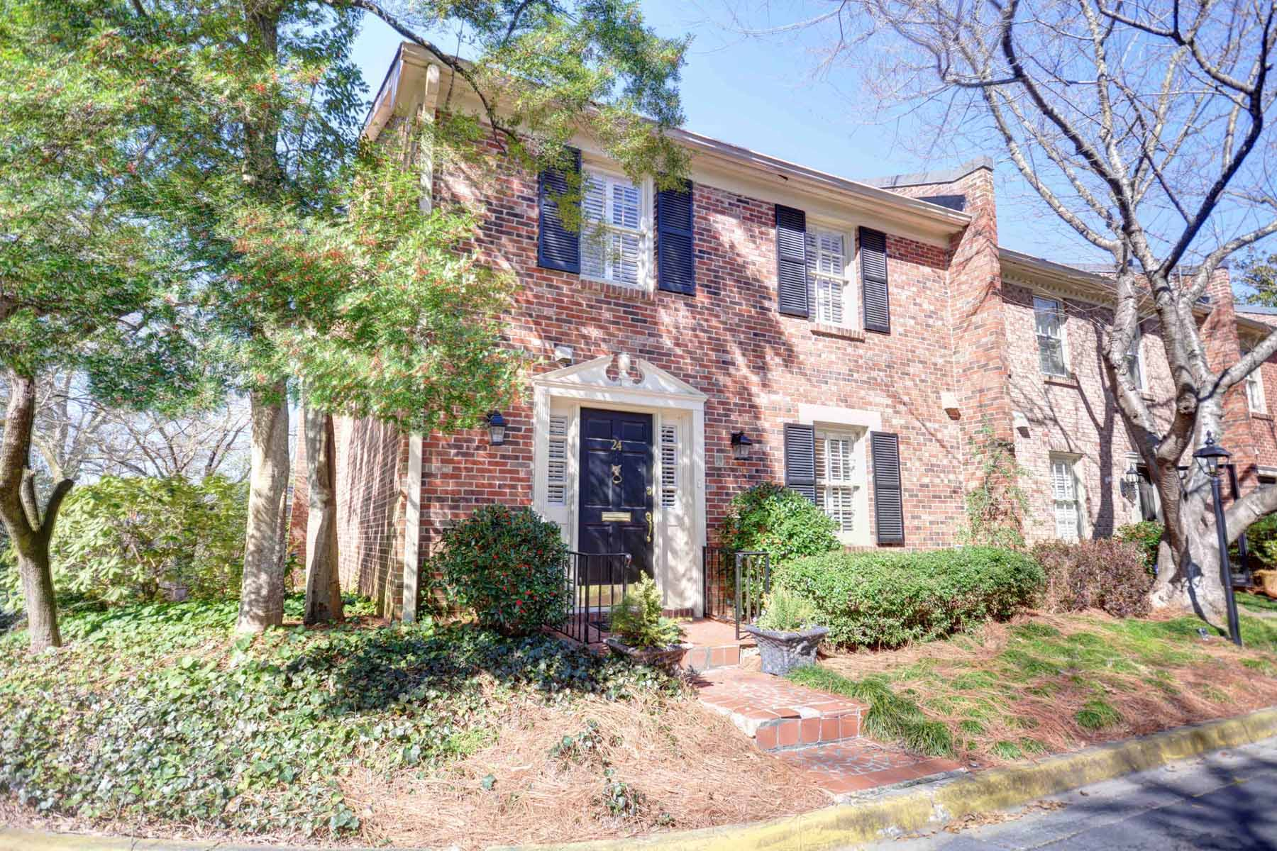Casa Unifamiliar Adosada por un Venta en Townhome in desirable Buckhead location 3050 Margaret Mitchell Drive NW Unit# 24 Atlanta, Georgia 30327 Estados Unidos