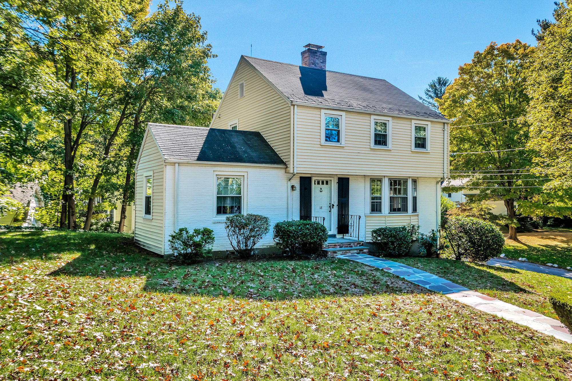 Vivienda unifamiliar por un Venta en Lovely Garrison Colonial in Wonderful Neighborhood! 18 Tamarac Road Newton, Massachusetts, 02464 Estados Unidos