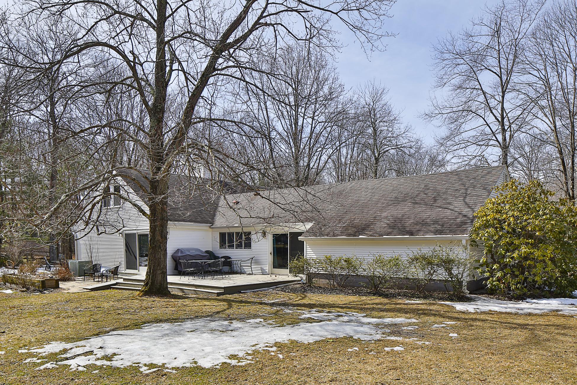 Maison unifamiliale pour l Vente à Sun-Splashed on a Corner Lot 280 Ridgeview Road Princeton, New Jersey 08540 États-Unis