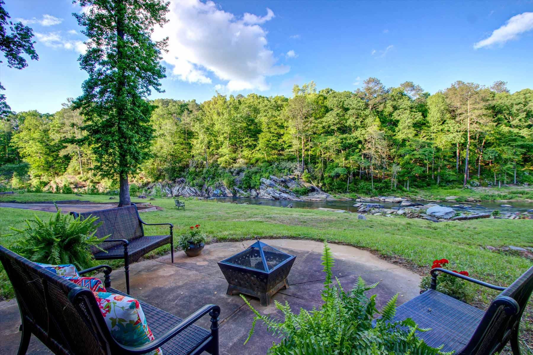 Maison unifamiliale pour l Vente à Riverfront Beauty 5580 W Phillips Mill Road Douglasville, Georgia, 30135 États-Unis
