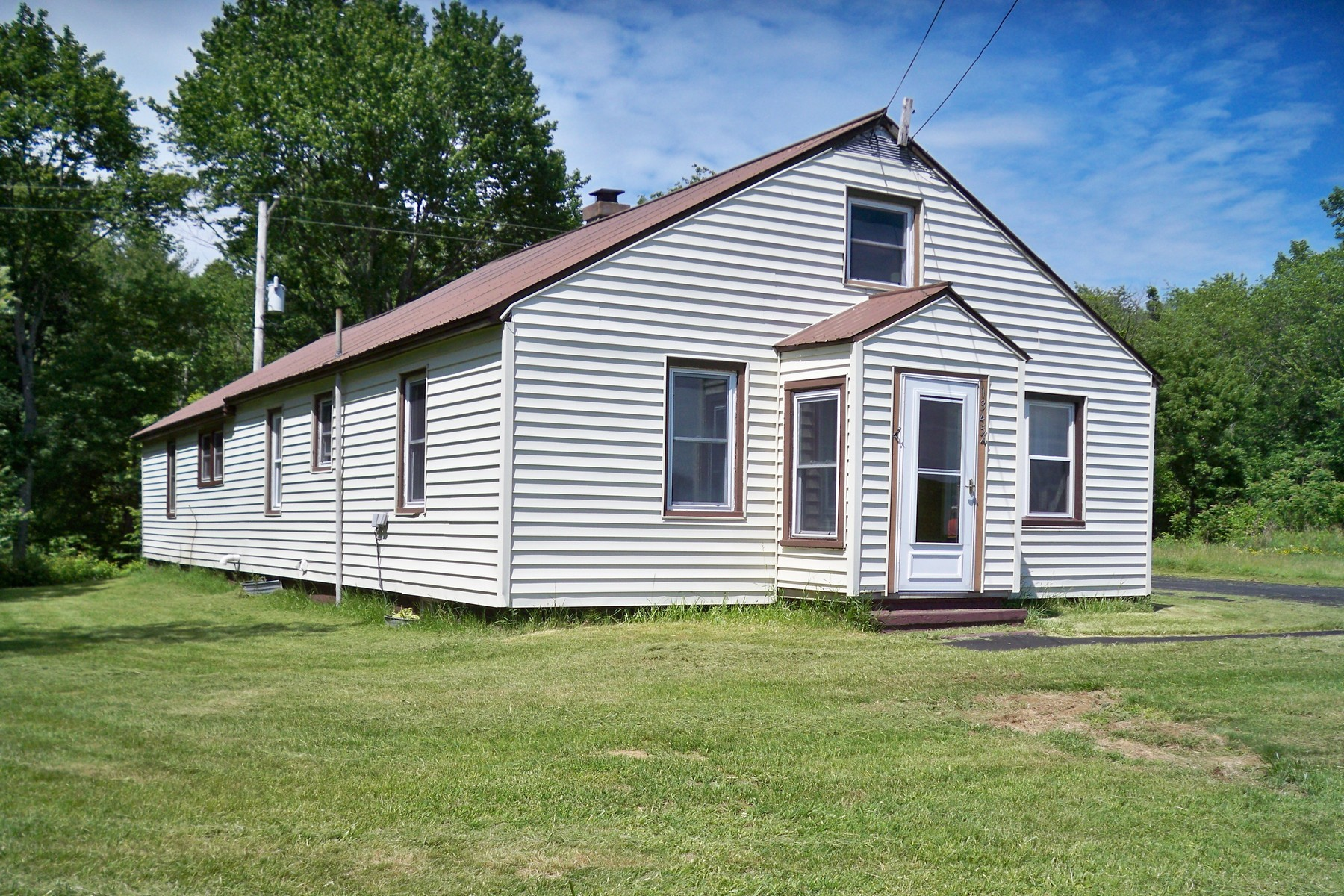 Nhà ở một gia đình vì Bán tại Affordable 1 Level Ranch in the Peaceful Countryside 1345 Route 32N Schuylerville, New York 12871 Hoa Kỳ