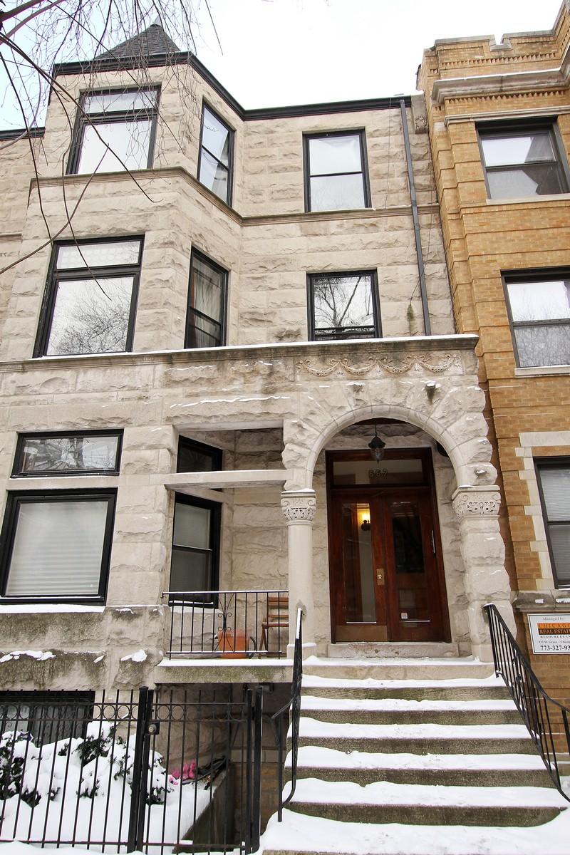 Condominio per Vendita alle ore Charming Vintage Greystone with Modern Updates 667 W Cornelia Avenue Unit 1 Lakeview, Chicago, Illinois, 60657 Stati Uniti