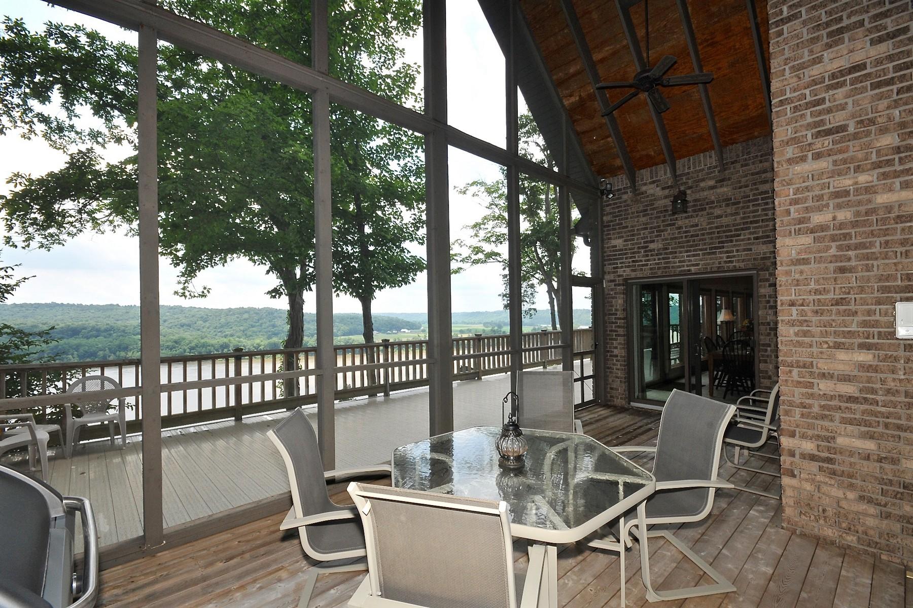 Maison unifamiliale pour l Vente à Breathtaking Views Overlooking the Ohio River 301 S Horse Shoe Bend Blvd Leavenworth, Indiana, 47137 États-Unis