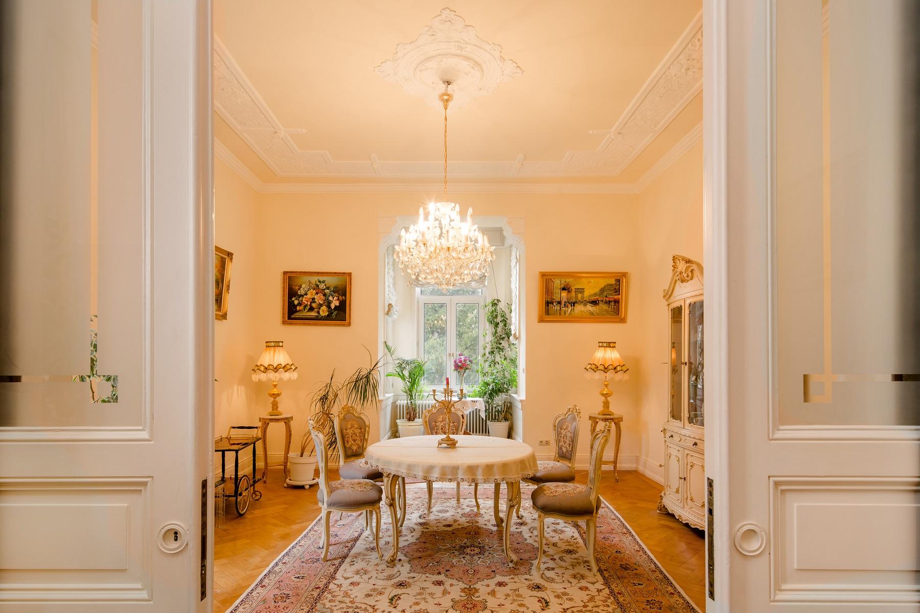 Apartamento por un Venta en Charming Apartment with Many Fine Original Features Wiesbaden, Hessen, 65189 Alemania