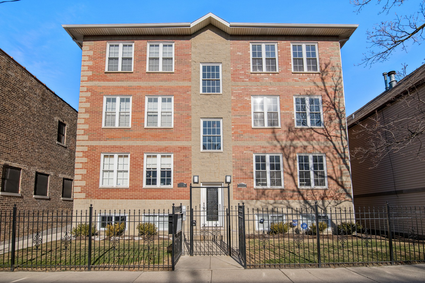 Duplex per Vendita alle ore Perfect Four Bedroom Duplex Down in Burley School District 1754 W Wellington Avenue Unit 1E Lakeview, Chicago, Illinois 60657 Stati Uniti