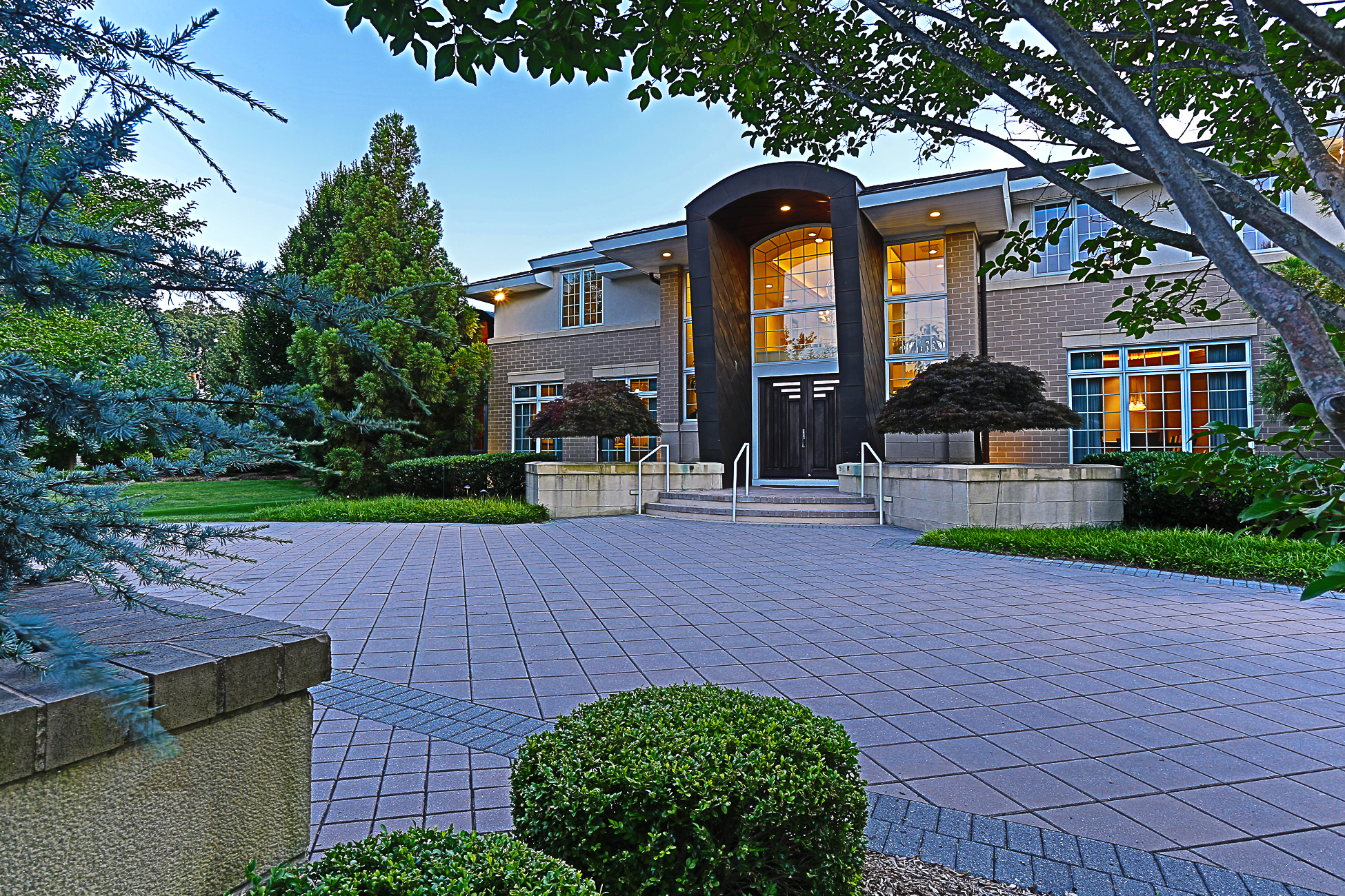 独户住宅 为 销售 在 Masterfully Designed - East Brunswick Township 5 Bel Air Court 东布朗士维克, 08816 美国