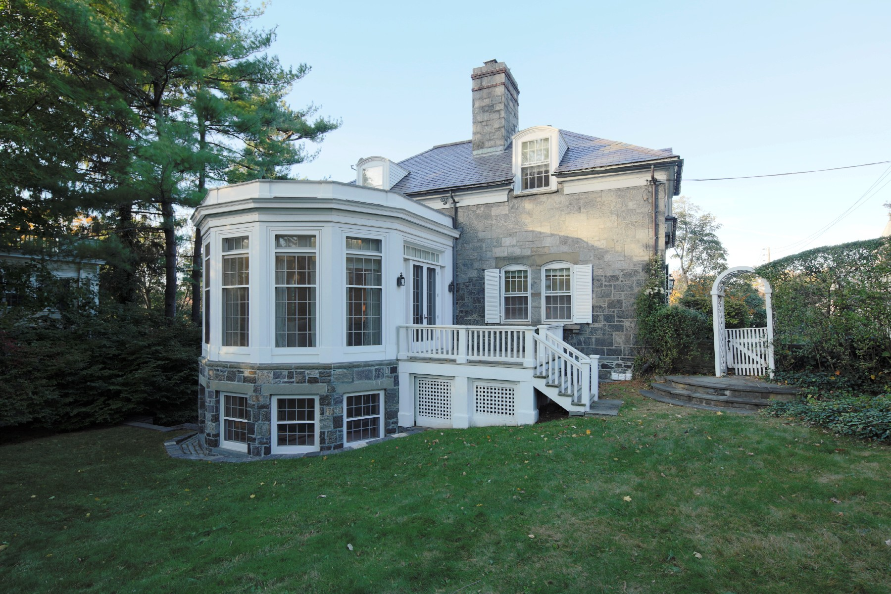 Maison unifamiliale pour l Vente à 1852 Remarkable Stone Carriage House 5253 Sycamore Avenue Riverdale, New York 10471 États-Unis