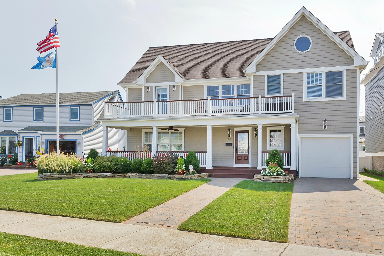 Maison unifamiliale pour l Vente à Gracious Colonial 205 Evergreen Ave Bradley Beach, New Jersey 07720 États-Unis