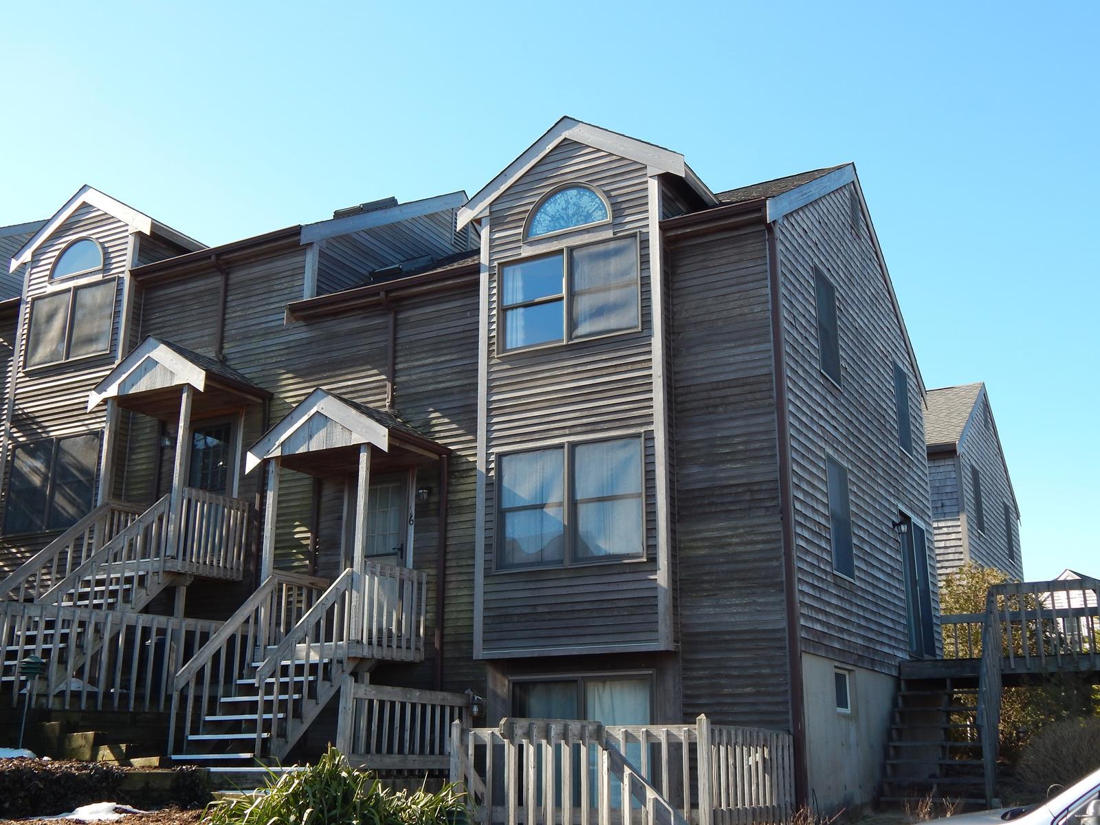 Copropriété pour l Vente à End Unit at Briarcliff 8 Old Colony Way, Unit 16 Provincetown, Massachusetts 02657 États-Unis