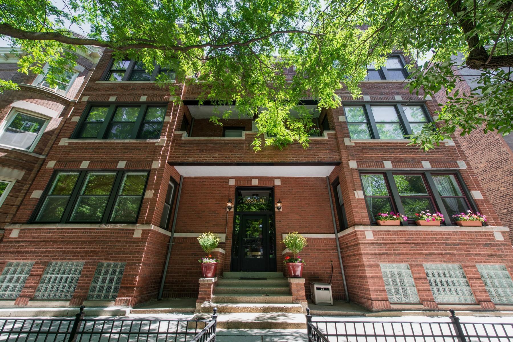 Vivienda unifamiliar por un Venta en Beautiful Large Duplex 2851 N Burling Street Unit 1S Chicago, Illinois, 60657 Estados Unidos