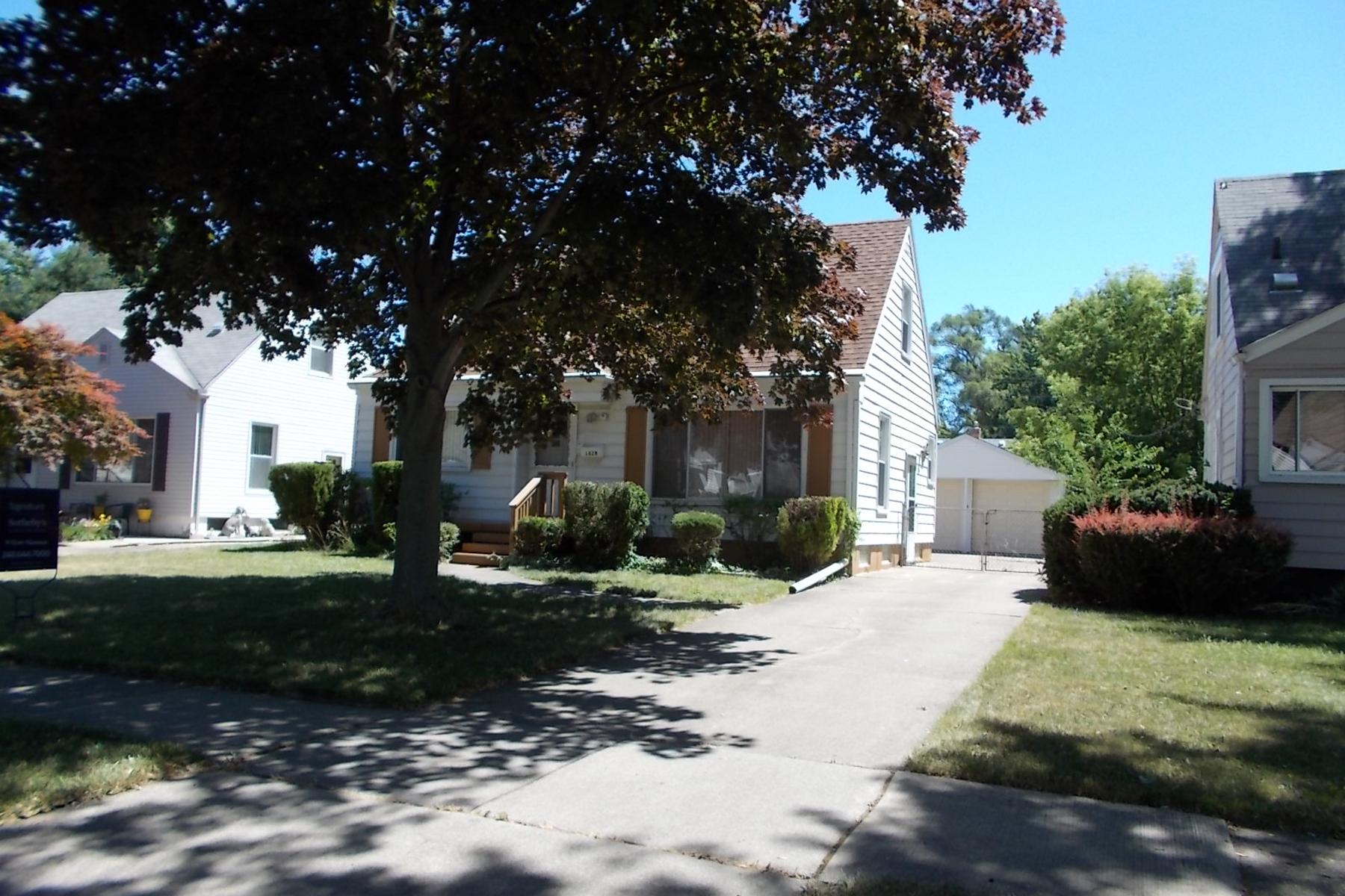 Nhà ở một gia đình vì Bán tại Berkley 1828 Thomas Avenue Berkley, Michigan, 48072 Hoa Kỳ