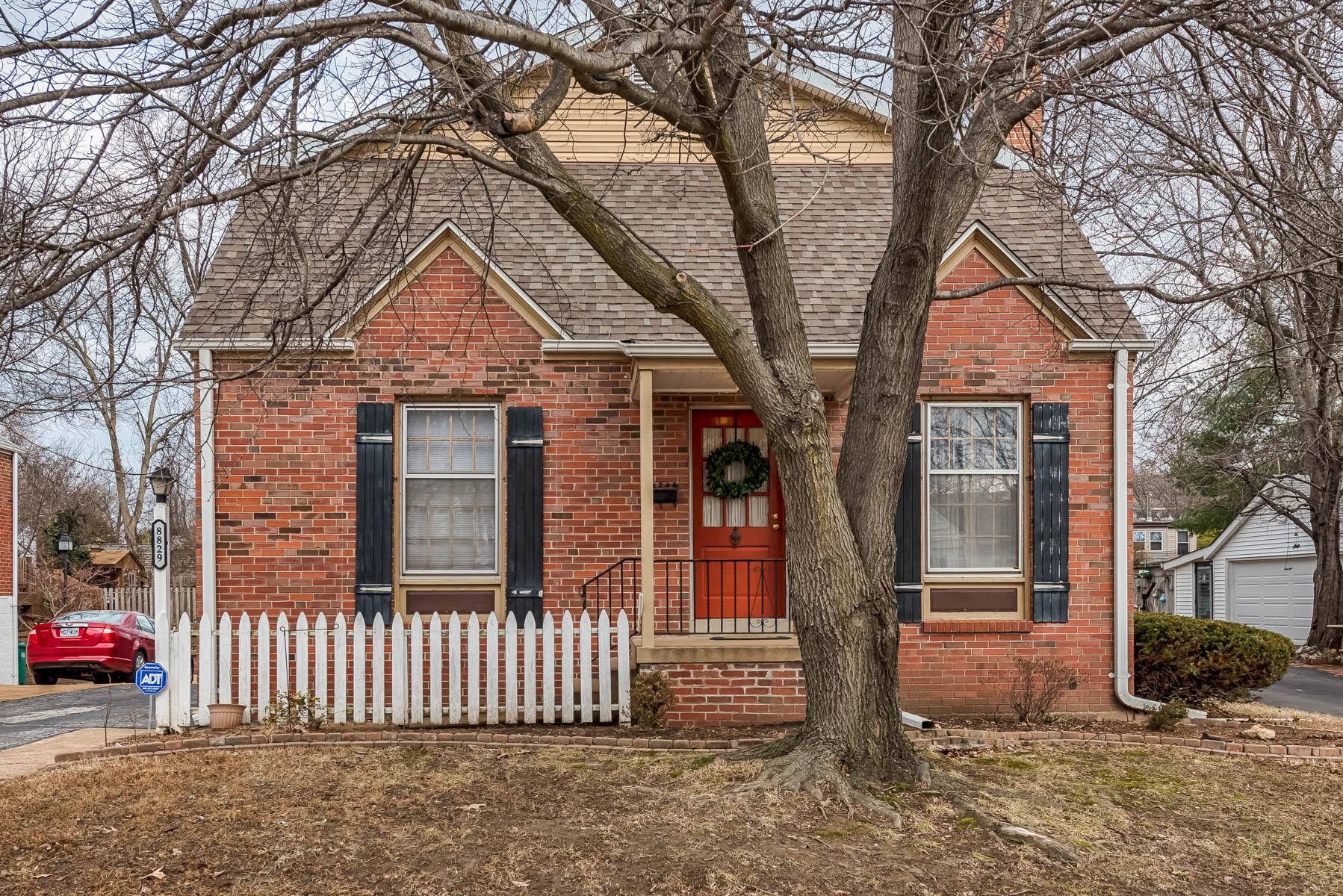 Maison unifamiliale pour l Vente à 8829 Bridgeport Ave Brentwood, Missouri, 63144 États-Unis