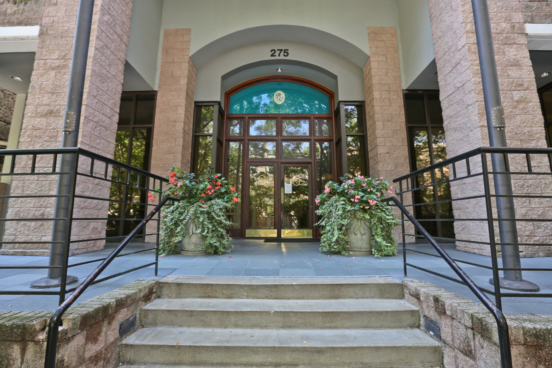 Кондоминиум для того Продажа на Beautiful Condo Near Piedmont Park 275 13th Street NE Unit 610 Atlanta, Джорджия 30309 Соединенные Штаты