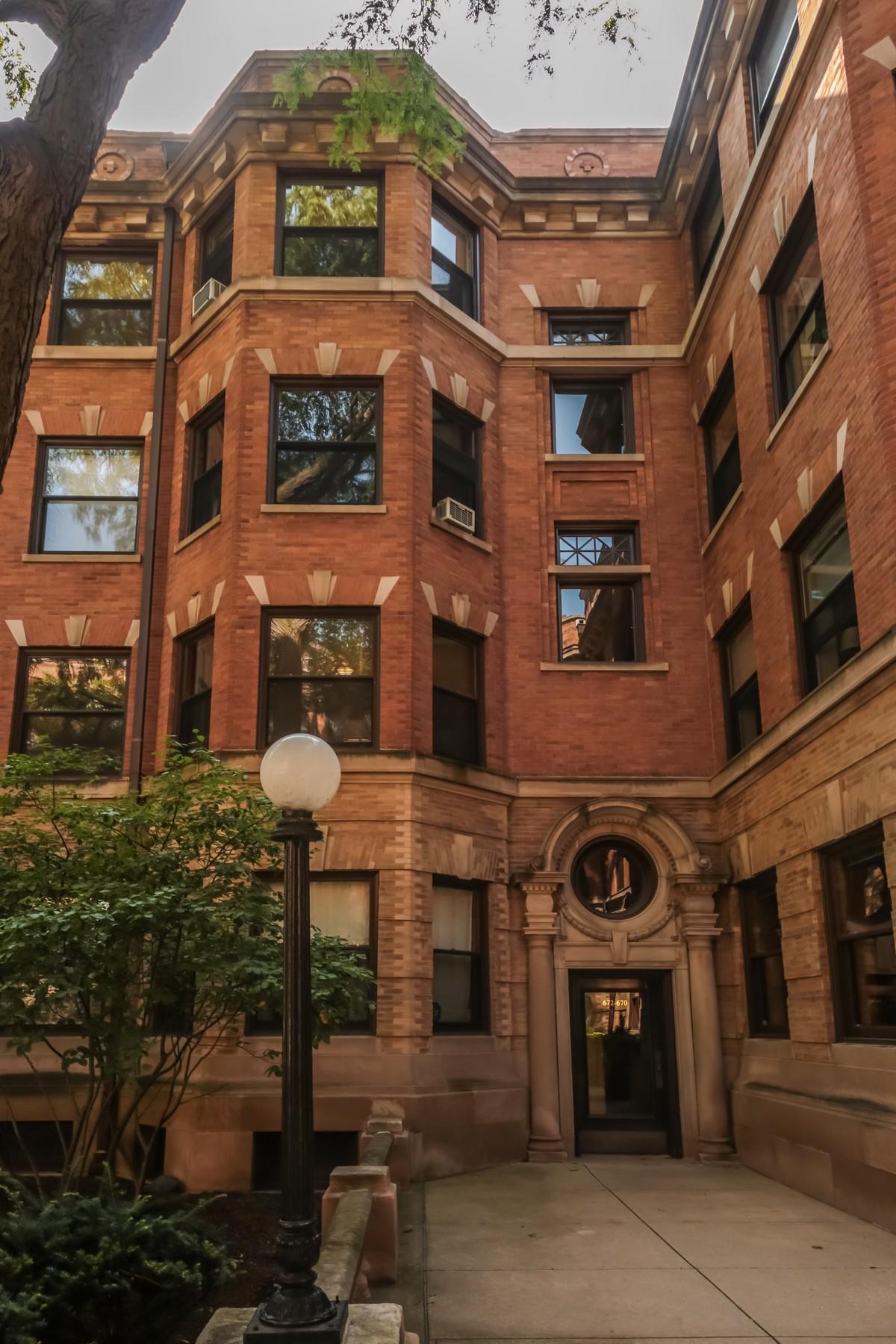 Appartement en copropriété pour l Vente à Beautiful Three Bedroom Unit At The Historic Pattington 672 W Irving Park Road Unit 2 Chicago, Illinois, 60613 États-Unis