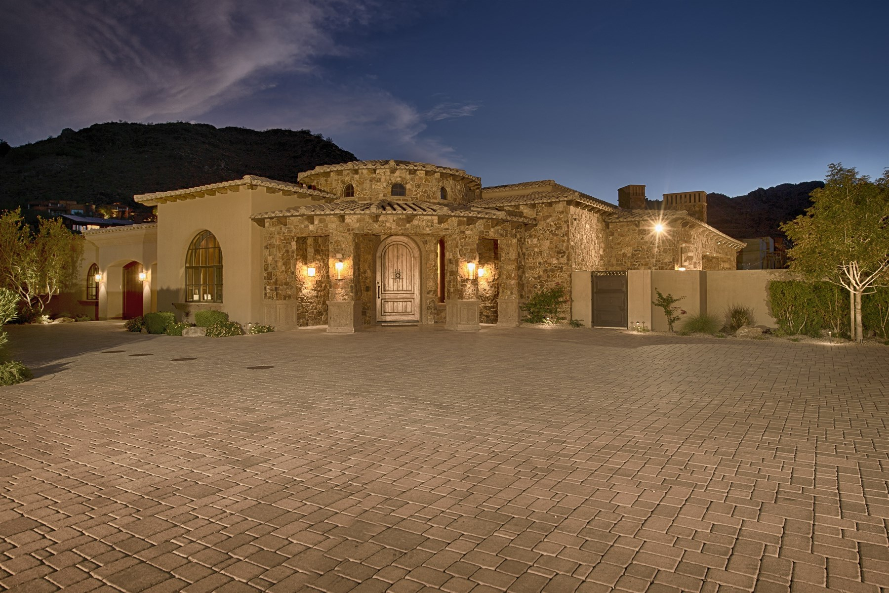 Maison unifamiliale pour l Vente à Inspirational Estate that Blends Old World Elegance with a Contemporary Flair 6324 E Quartz Mountain Rd Paradise Valley, Arizona 85253 États-Unis
