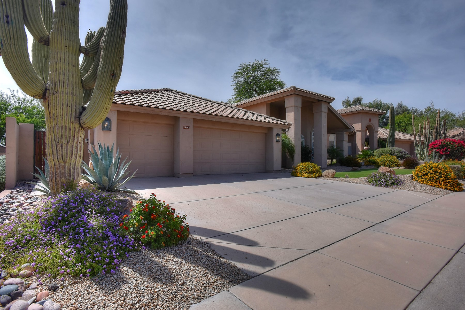 Tek Ailelik Ev için Satış at Immaculately maintained home in The Estates at Ironwood Village 19302 N 88TH WAY Scottsdale, Arizona 85255 Amerika Birleşik Devletleri