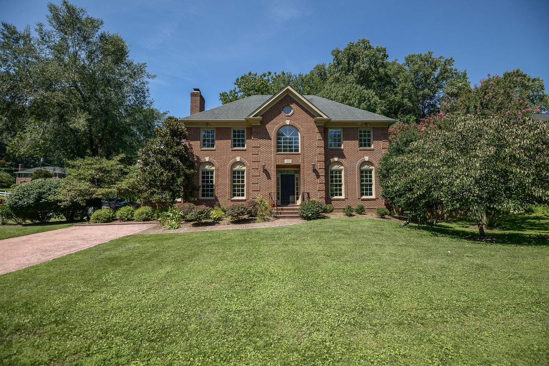 Casa Unifamiliar por un Venta en Lanes Chesterbrook 1658 Valley Ave McLean, Virginia 22101 Estados Unidos