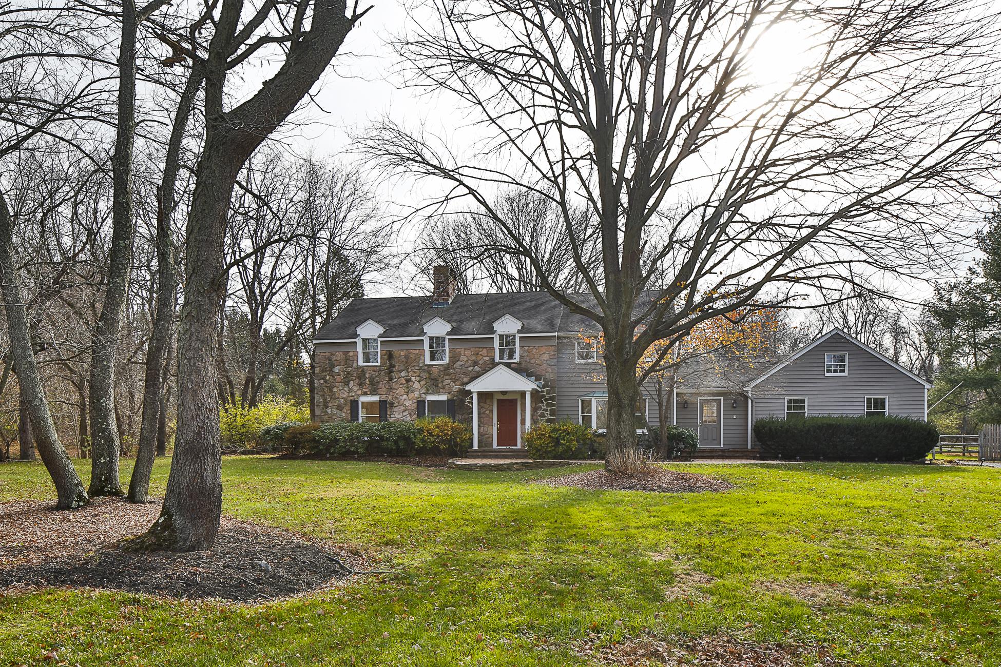 Maison unifamiliale pour l Vente à Stone-front Colonial - Lawrence Township 5 Bannister Drive Princeton, New Jersey 08540 États-Unis