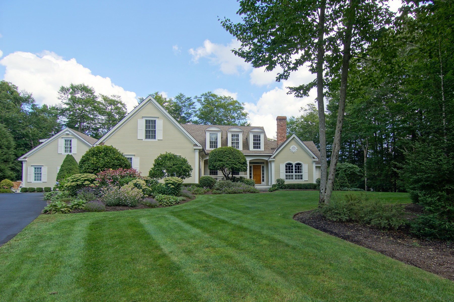 sales property at Elegance and Comfort on 2.2 Lush Acres