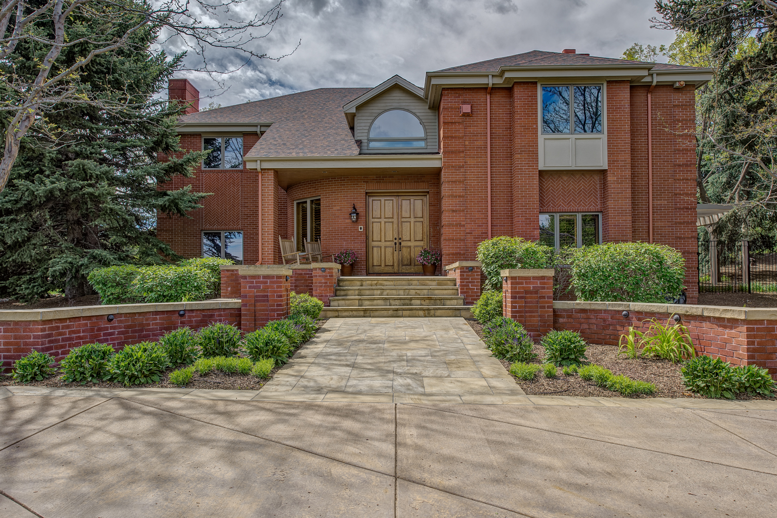 Casa Unifamiliar por un Venta en Private Custom Two-Story Brick Home 2400 East Willamette Lane Greenwood Village, Colorado 80121 Estados Unidos