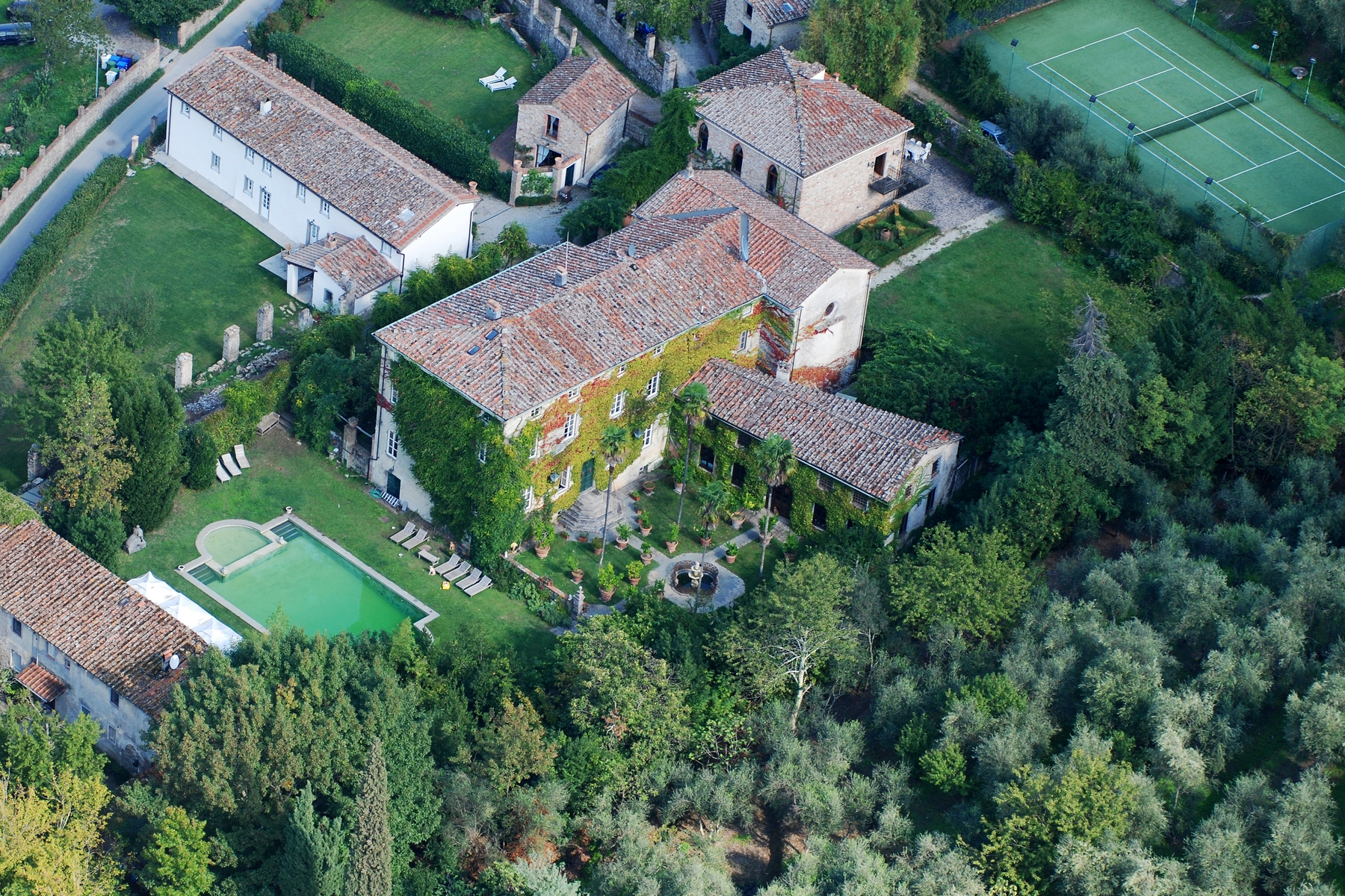 Additional photo for property listing at Lovely 18th century villa with pool Via di Valle Lucca, Lucca 55060 Italien