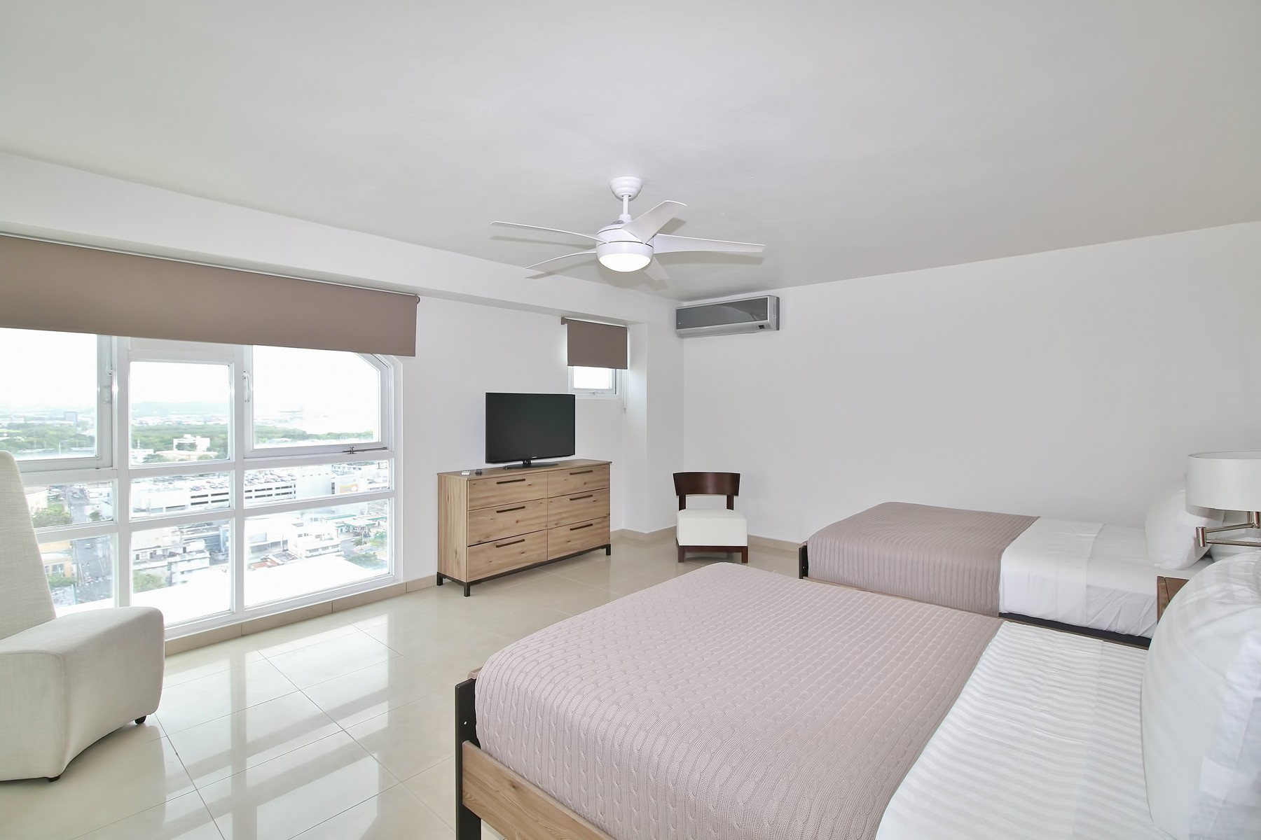 Additional photo for property listing at Southwest Skyline Penthouse at 303 Villamil 303-305 Calle Villamil, PH 2012 Metro Plaza, DoSa San Juan, Puerto Rico 00907 Puerto Rico