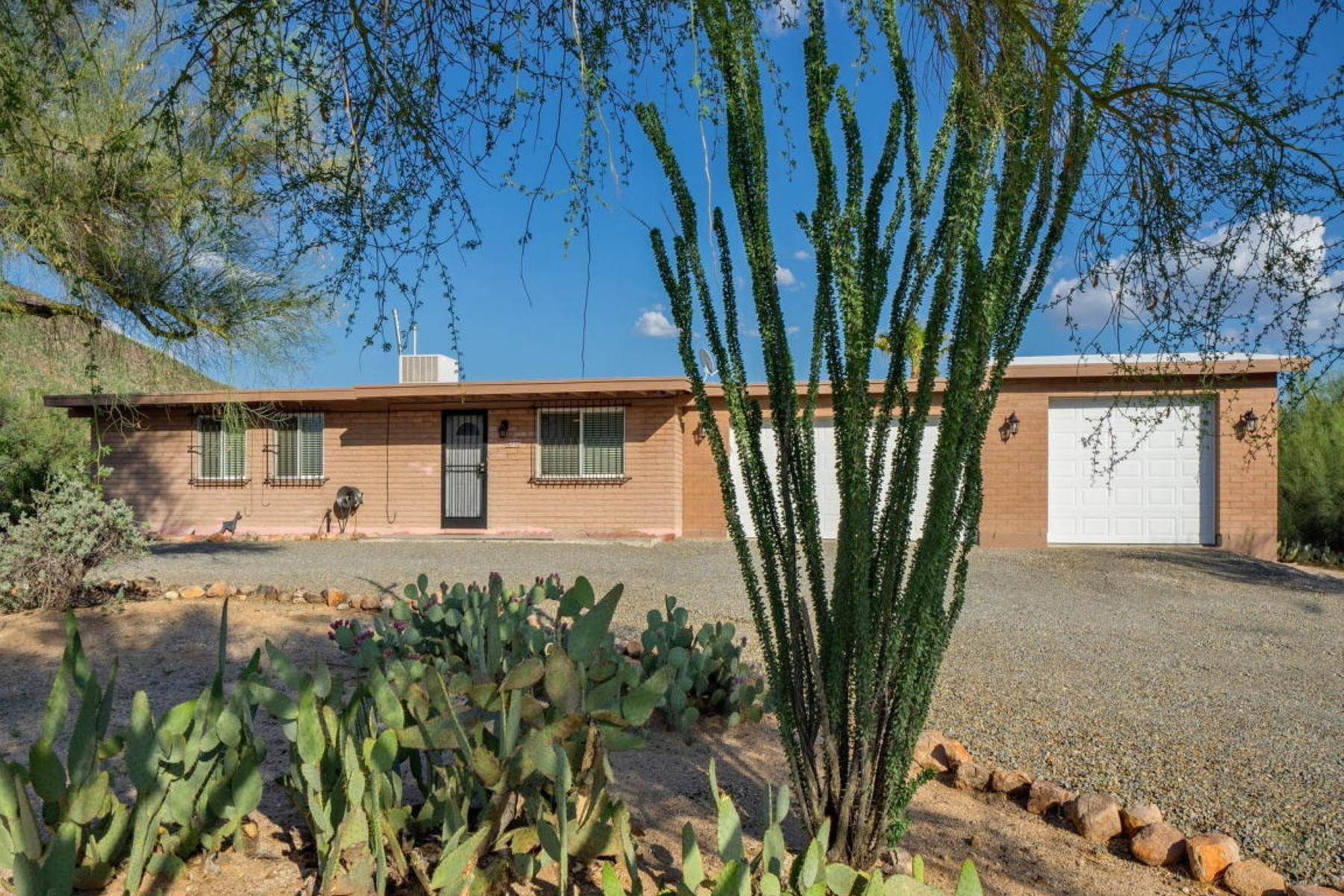 Villa per Vendita alle ore Majestic Pusch Ridge mountain views from this lovely home 8532 N Rancho Catalina Drive Tucson, Arizona, 85704 Stati Uniti