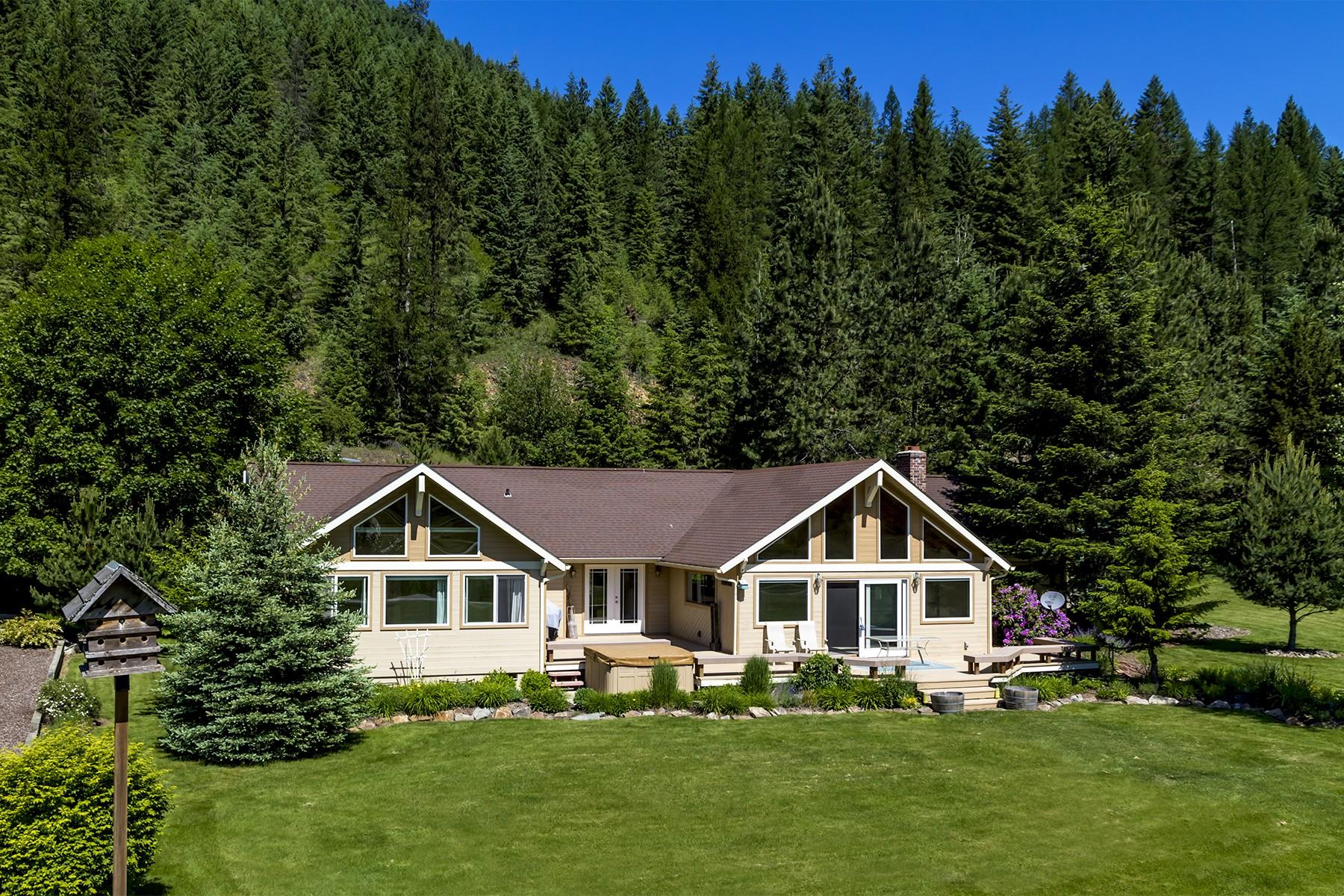 Einfamilienhaus für Verkauf beim Single level rancher overlooking the Idaho Club golf course. 775 Lower Pack River Road Sandpoint, Idaho, 83864 Vereinigte Staaten