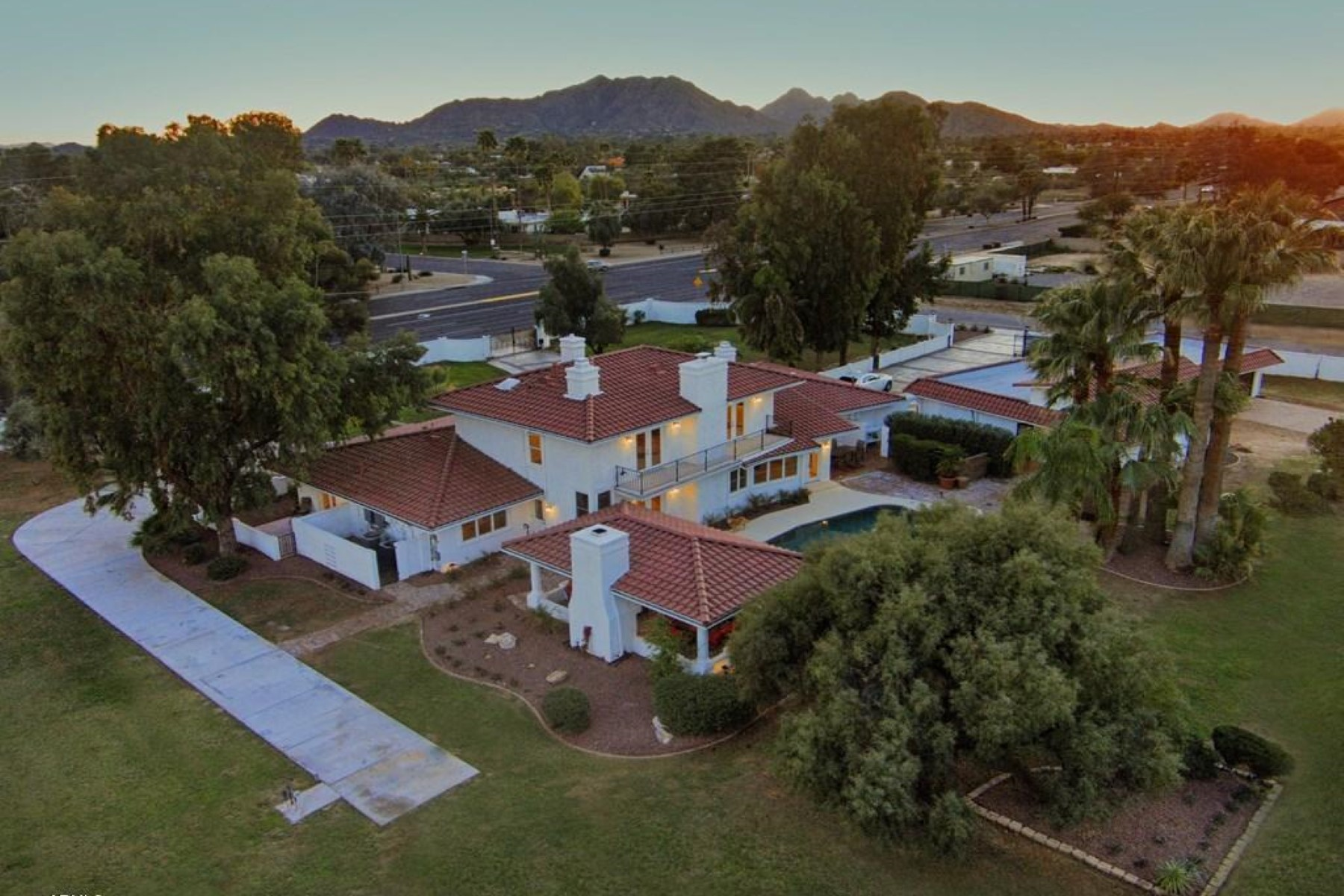 Casa para uma família para Venda às Fabulous resort style living in the heart of Scottsdale 10601 N Montrose Way Scottsdale, Arizona 85254 Estados Unidos