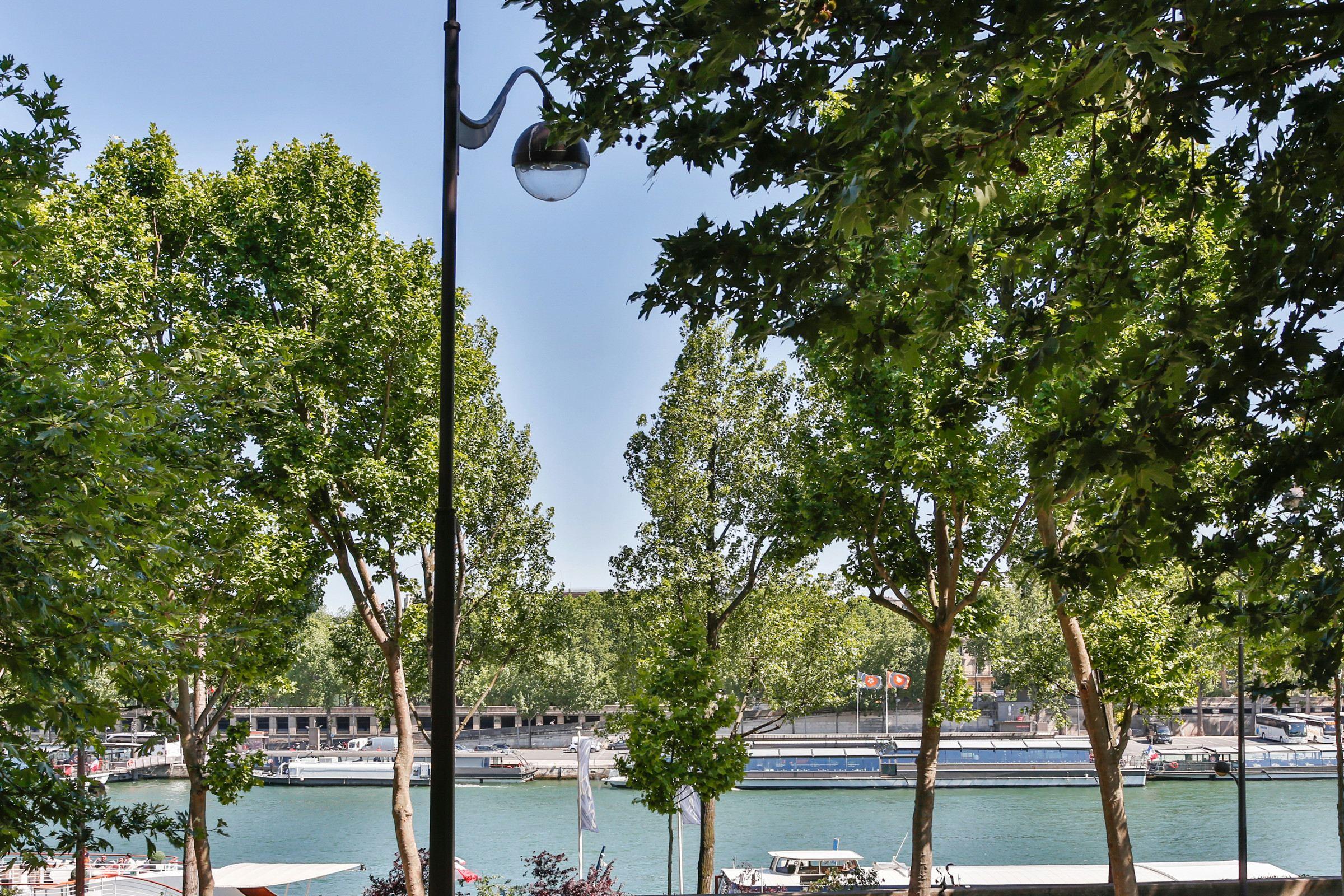 アパート のために 売買 アット Apartment - Seine - Eiffel Tower Paris, パリ 75016 フランス