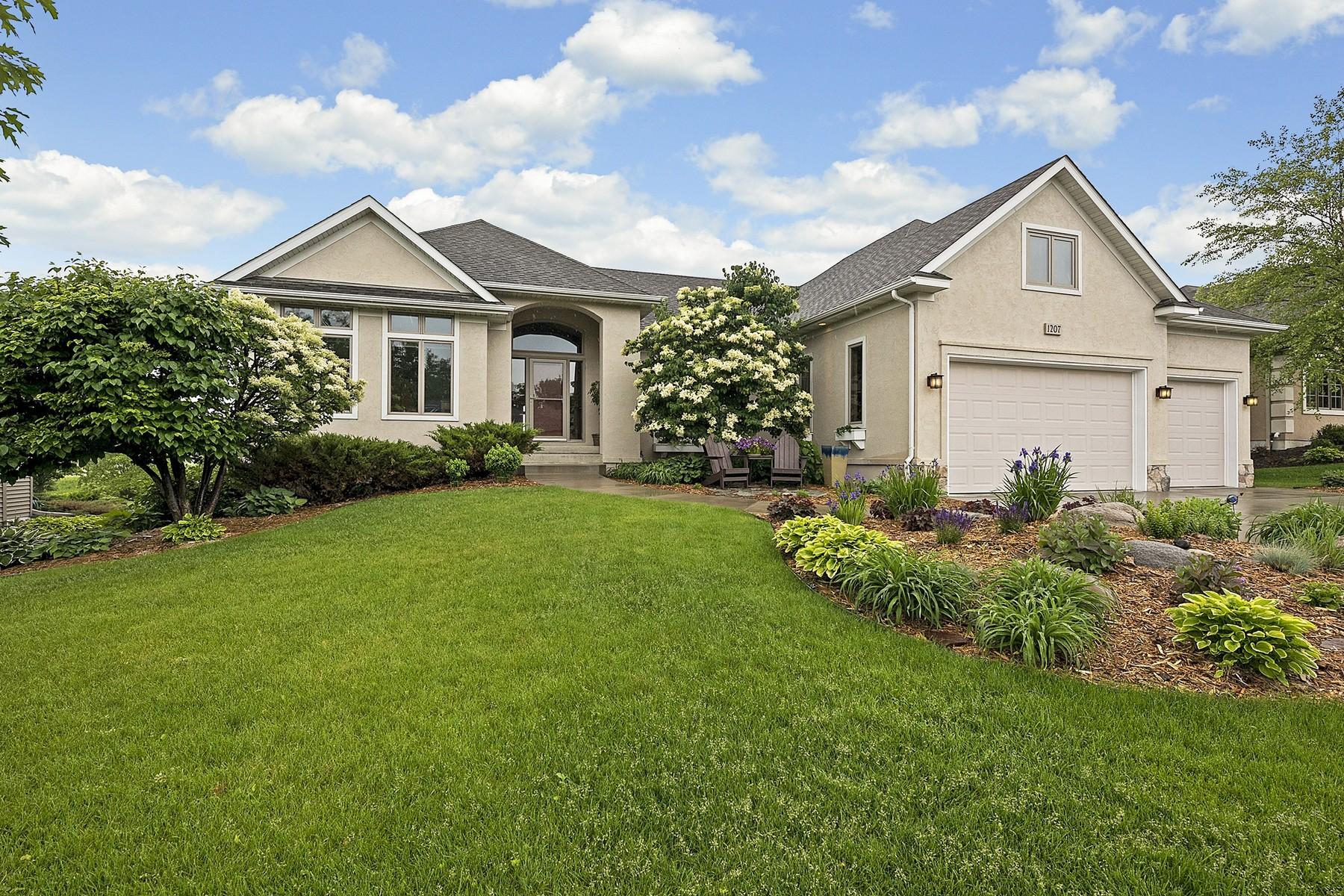 Casa para uma família para Venda às 1207 Adrian Drive Chaska, Minnesota 55318 Estados Unidos
