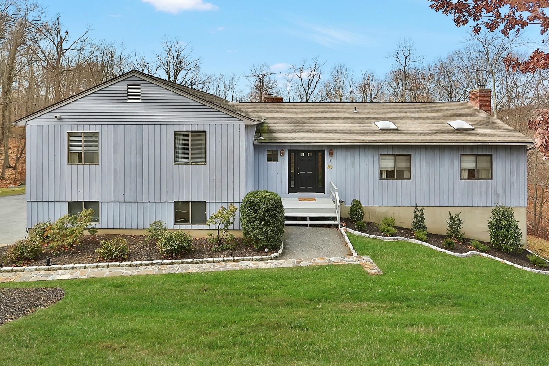 Einfamilienhaus für Verkauf beim Pristine and Renovated 4 William Puckey Drive Cortlandt Manor, New York, 10567 Vereinigte Staaten
