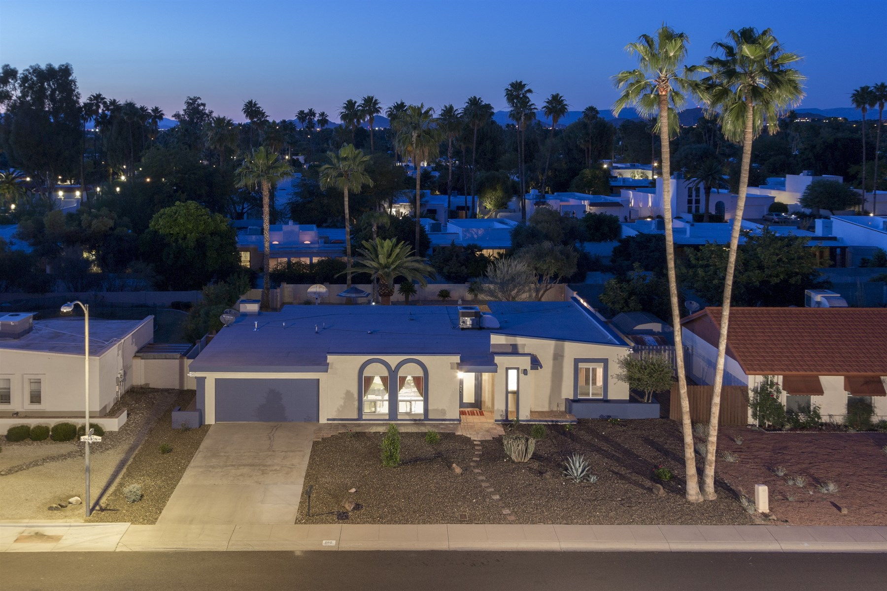 Maison unifamiliale pour l Vente à Relax in this meticulously maintained move-in ready home 202 E SHARON AVE Phoenix, Arizona 85022 États-Unis