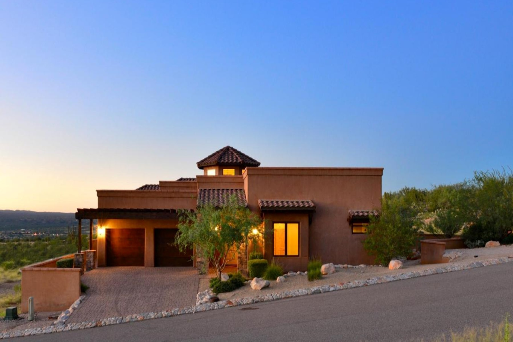 Vivienda unifamiliar por un Venta en Beautiful custom home with spectacular views 2551 E Della Roccia Court Oro Valley, Arizona, 85737 Estados Unidos
