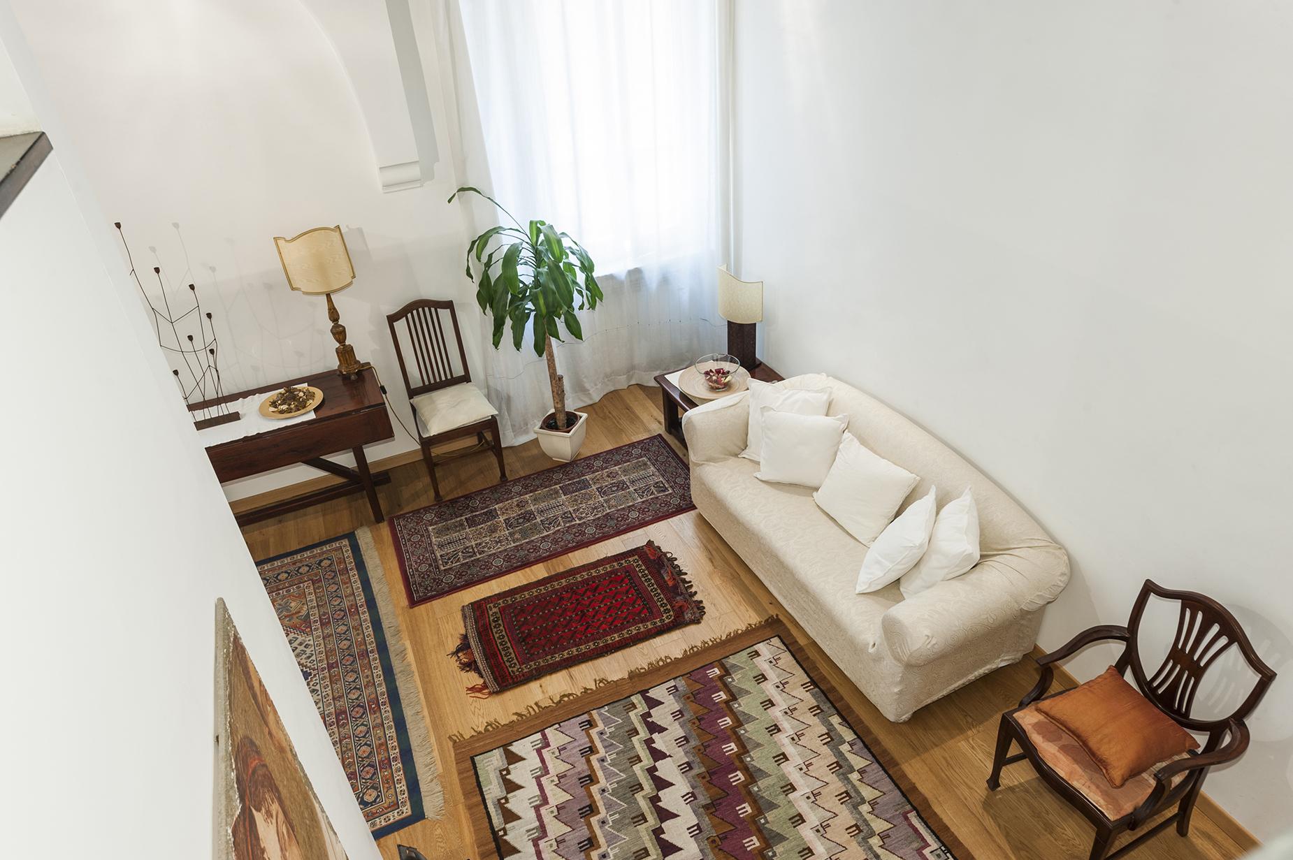 Additional photo for property listing at Charming apartment near Piazza Farnese Vicolo delle Grotte Rome, Roma 00186 Italia