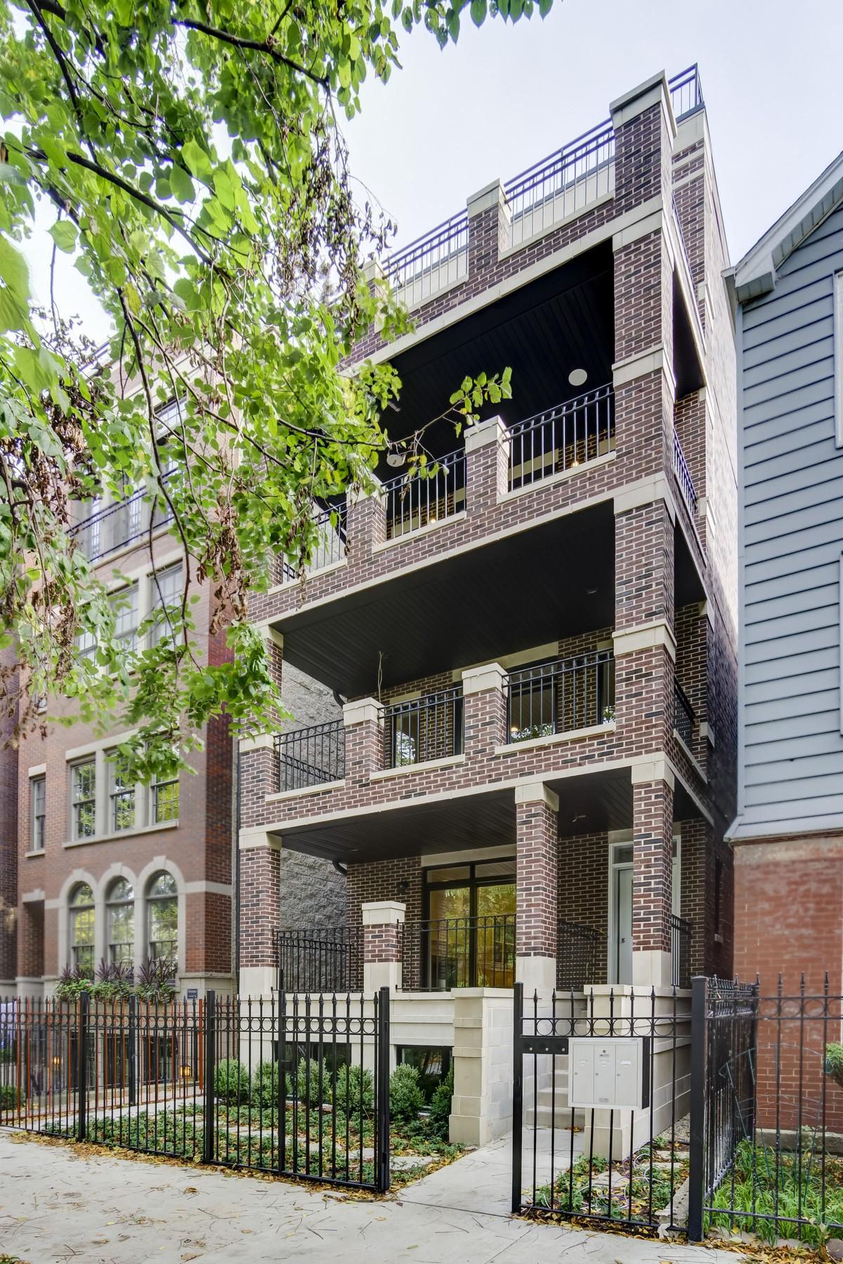 дуплекс для того Продажа на Expansive Duplex Condominium 1519 N Cleveland Avenue Unit 1 Near North Side, Chicago, Иллинойс, 60610 Соединенные Штаты