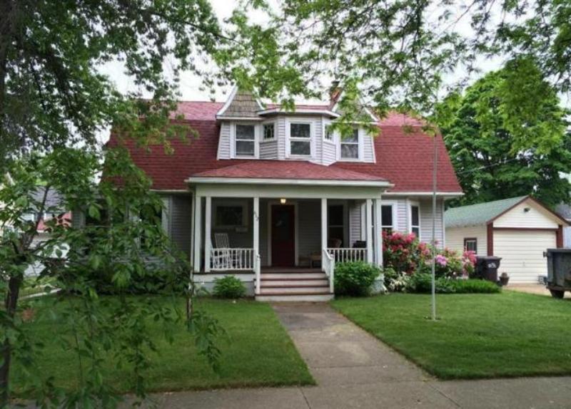 단독 가정 주택 용 매매 에 Charming & Convenient Cape Cod 612 St. Joseph Street South Haven, 미시건, 49090 미국