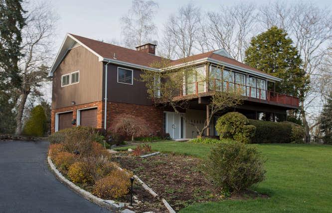独户住宅 为 销售 在 Views of the Golf Course 811 Golf Place Oradell, 新泽西州 07649 美国