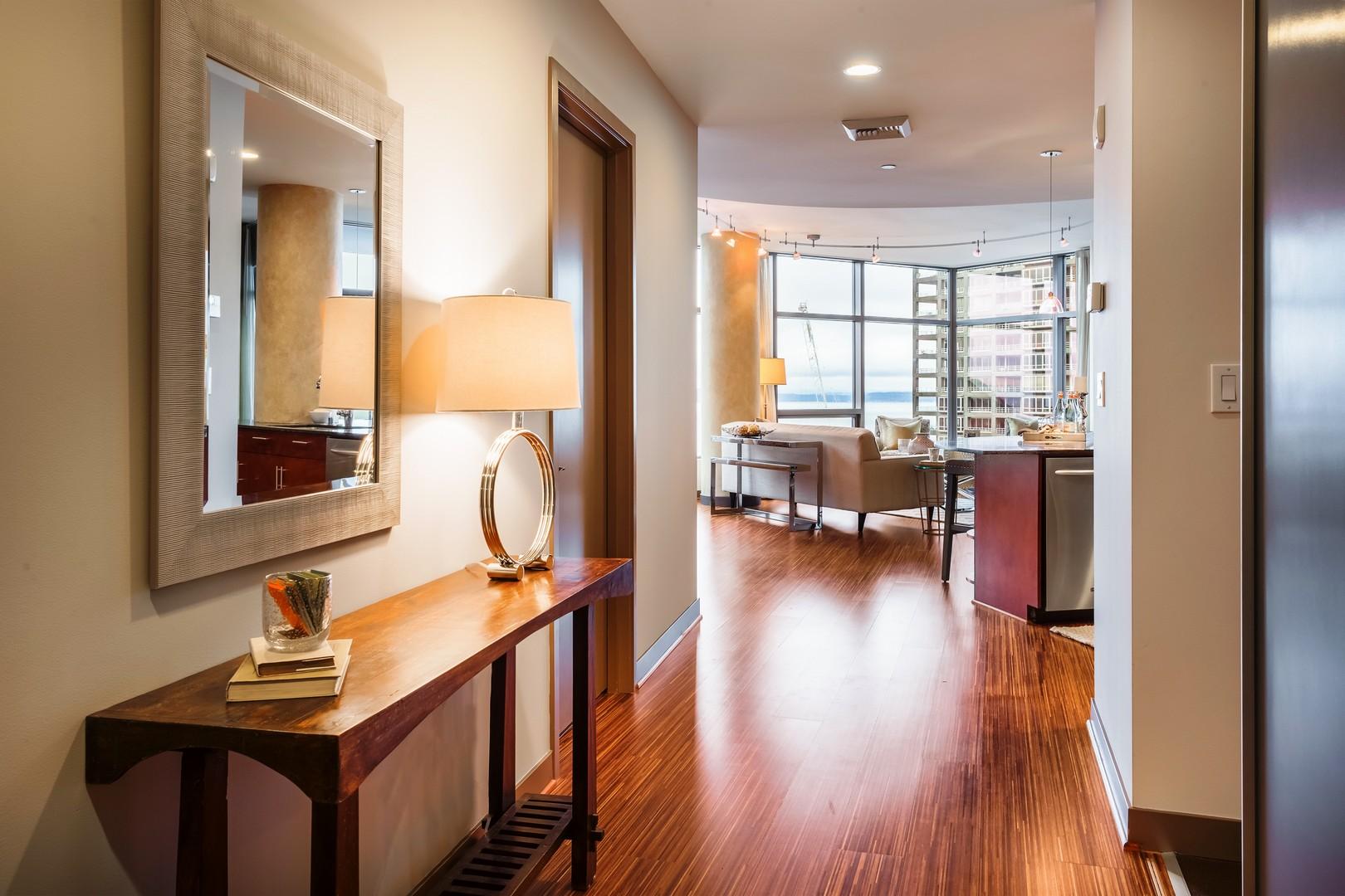 Nhà chung cư vì Bán tại 2033 2nd Ave #1102 Seattle, Washington, 98121 Hoa Kỳ