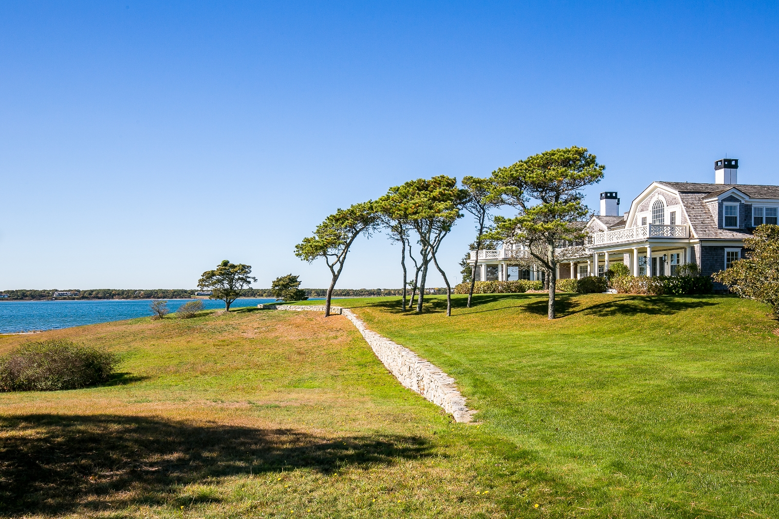 Casa Unifamiliar por un Venta en Magnificent Chappy estate overlooking Katama Bay 22 Lelands Path Edgartown, Massachusetts 02539 Estados Unidos